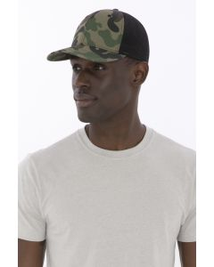 A man wearing a white t-shirt and a camouflage and black snapback trucker cap